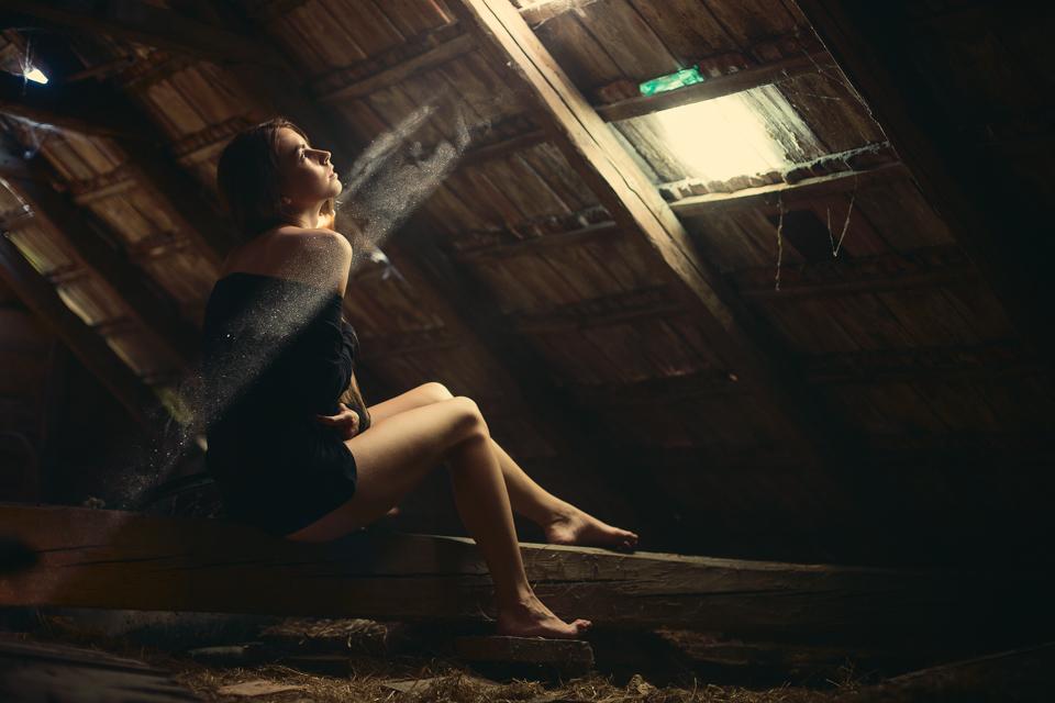 Baska na povale v luci svetla